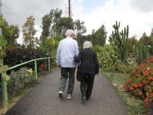 זוג מבוגרים הולך על גשר
